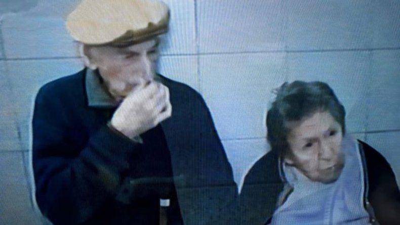 Desalojados y abandonados: una pareja de abuelos quedaron siete horas en un bar