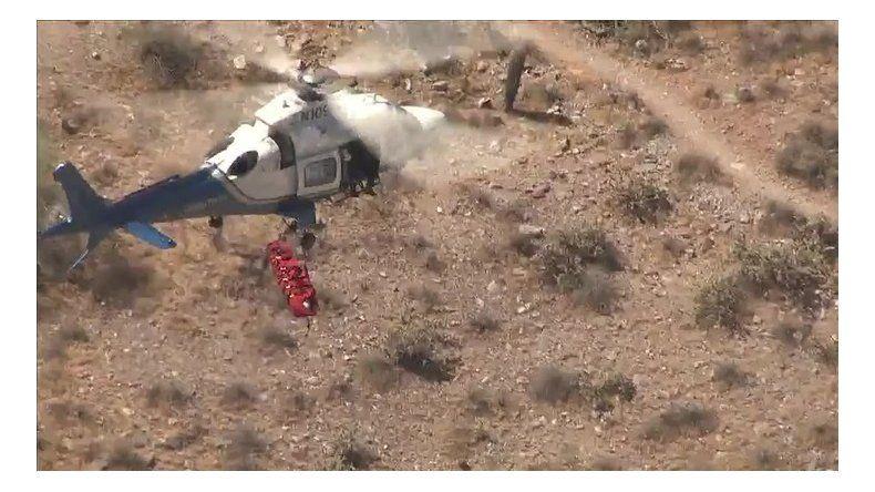 La rescatan con un helicóptero y casi se les cae al vacío
