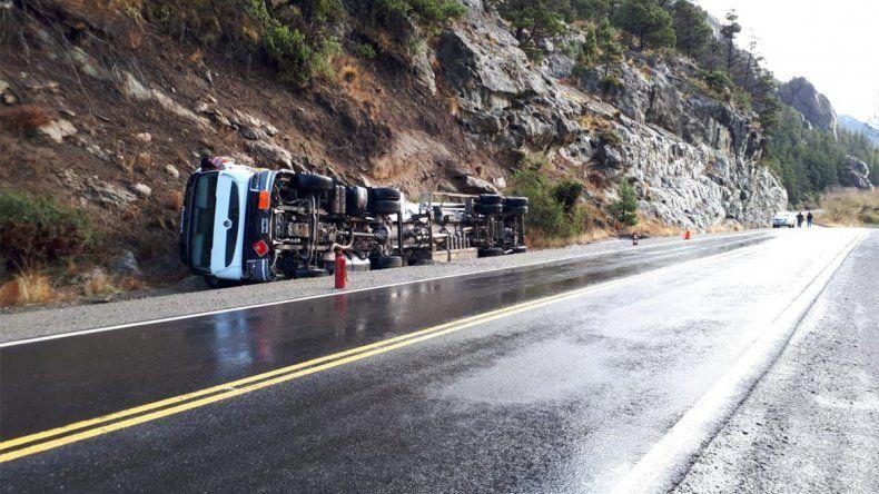 Volcó un camión cisterna en la Ruta 237 y temen que derrame llegue al Limay
