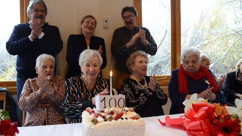 Sonreír y una vida sana, la receta de los 100 años de Violeta