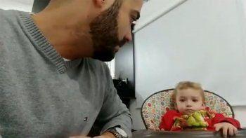 fiel a boca desde la cuna, nene no deja que su padre lo convenza de cambiarse al rojo