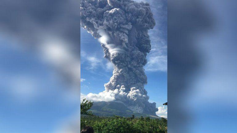 Impresionante erupción de un volcán en Indonesia