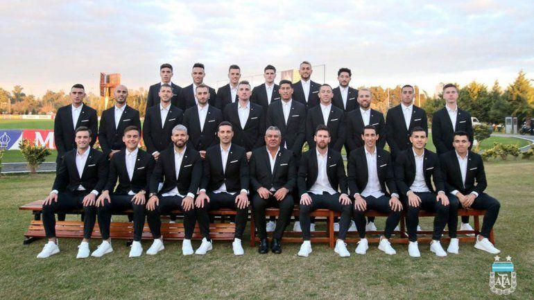 De traje y zapatillas, el Huevo Acuña y la Selección viajaron a Brasil