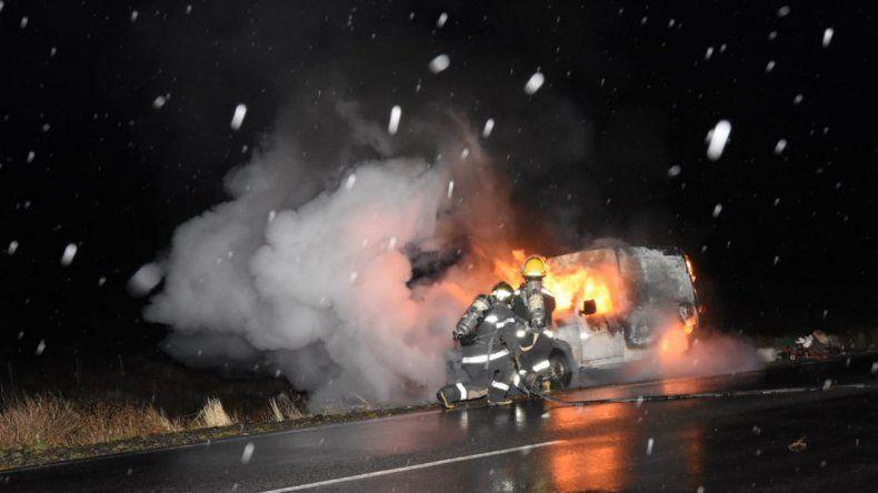 Por un desperfecto mecánico, se incendió una camioneta sobre la Ruta 40