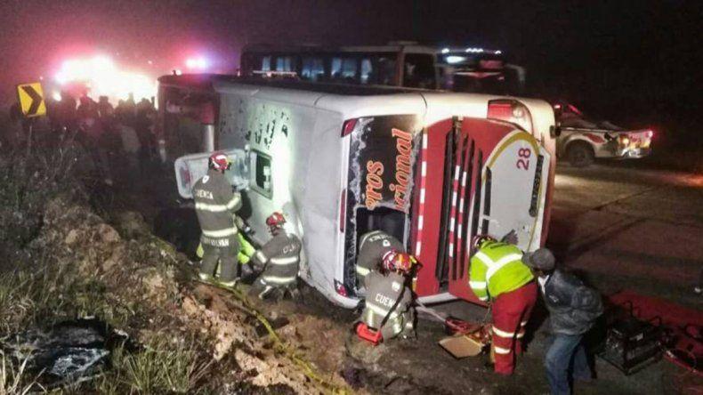 Al menos 10 muertos al volcar un colectivo en Brasil