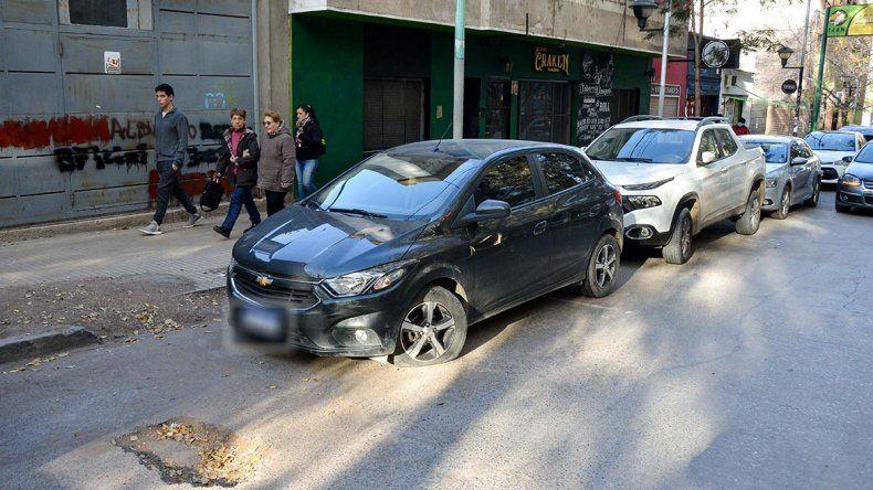 Como no pudieron apuñalarlo, atacaron a su local y su auto