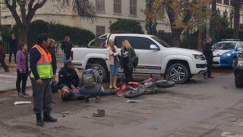 el gobernador asistio a motoquero que choco a un auto