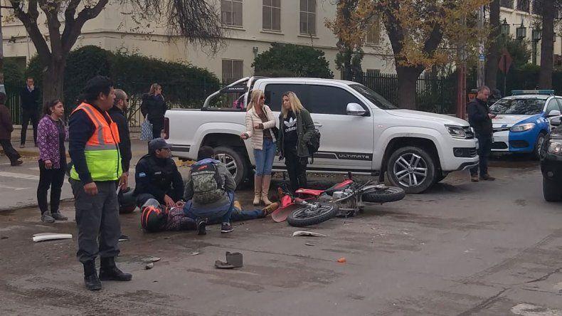 El gobernador asistió a un motoquero que chocó un auto en el centro de la ciudad