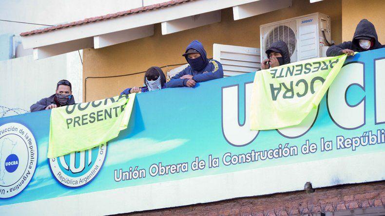 Continúa la tensión en la sede central de la Uocra tomada por opositores a la cúpula