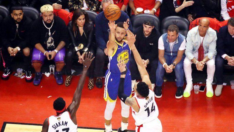 Golden State se impuso en un final dramático y estiró la final de la NBA