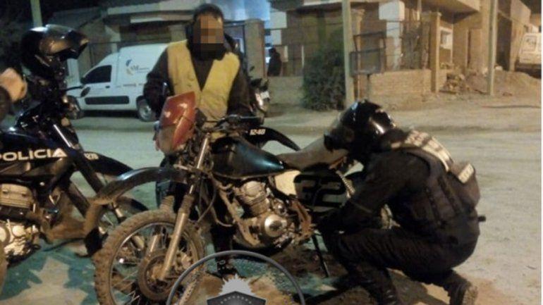 Lo pararon en un control y descubrieron que andaba con una moto robada