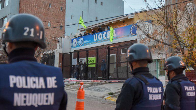 Manifestantes desalojaron las inmediaciones de la Uocra, pero se mantiene la toma de la sede