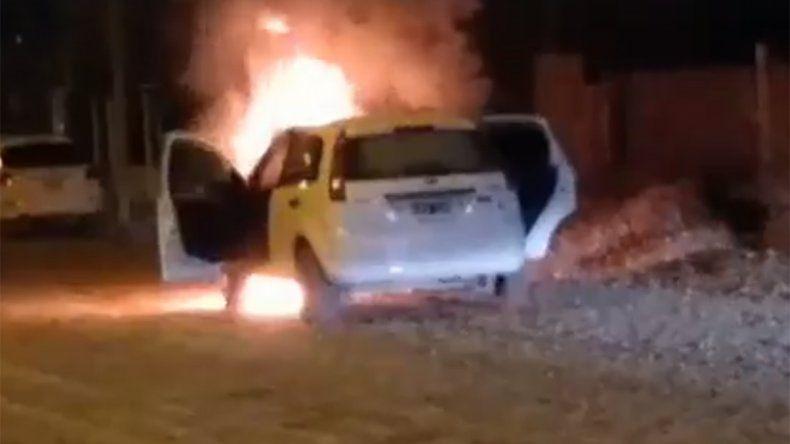 Se le prendió fuego el auto mientras manejaba y alcanzó a escapar