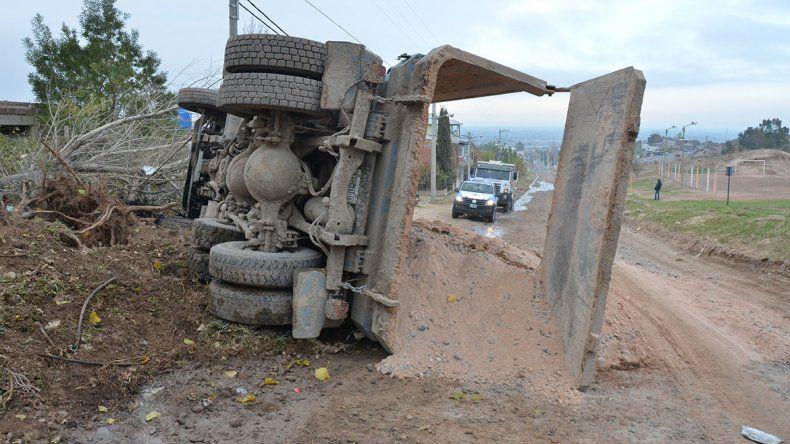 Un camión volcó con materiales en una bajada del Parque Industrial