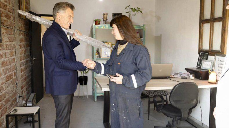 En su paso por Neuquén, Mauricio Macri visitó un taller de muebles: mirá qué se llevó