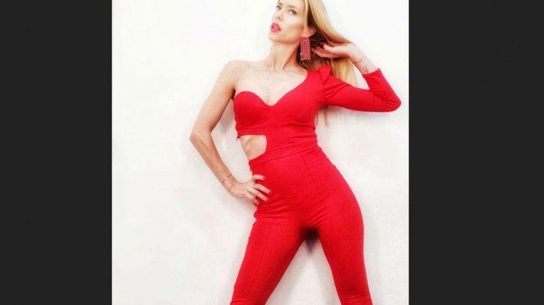 Nicole se vistió de rojo furioso y metió la cola