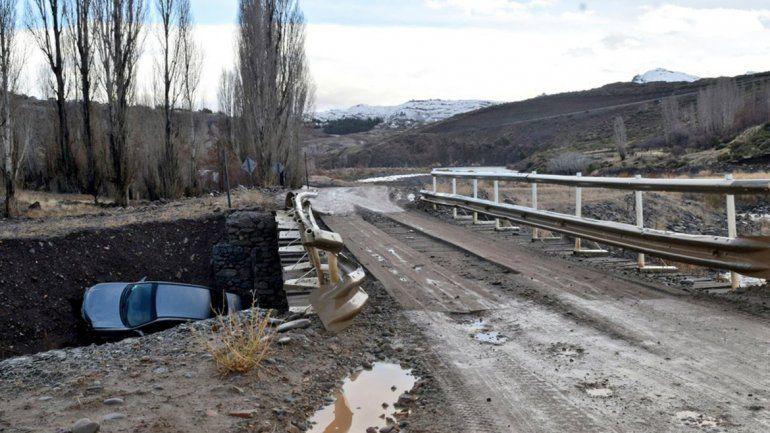 Se despistó de la ruta y terminó abajo del puente con su auto: nadie sabe dónde está el conductor