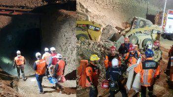 chile: rescatan a uno de los mineros atrapados, otro fue hallado muerto