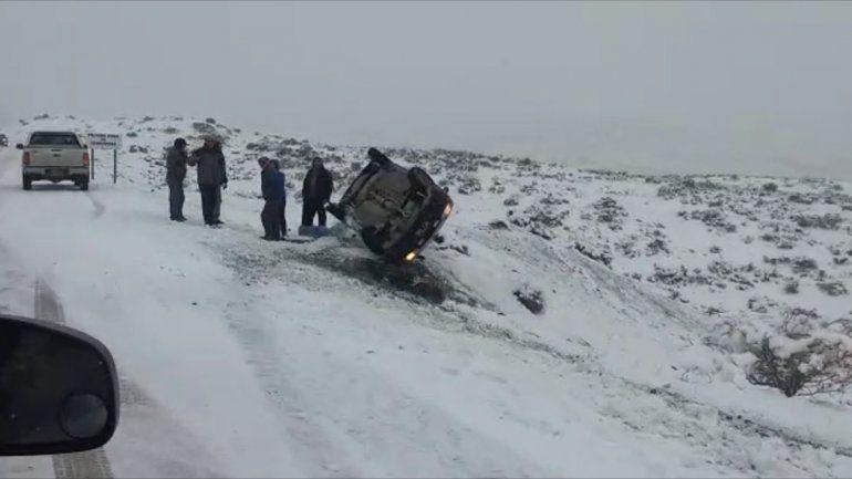 Perdió el control por la nieve y volcó con su auto