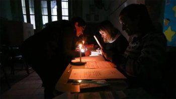 argentina sin luz: en tres provincias se vota a oscuras