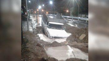 una camioneta quedo bajo agua en la obra del metrobus