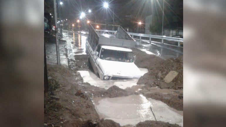 Una camioneta quedó bajo agua en la zona de obras del Metrobús