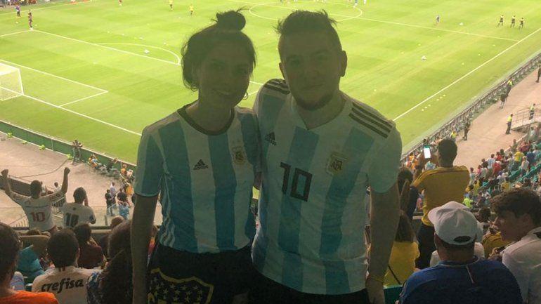 La pareja neuquina que en su luna de miel se fue a alentar a la selección por todo Brasil