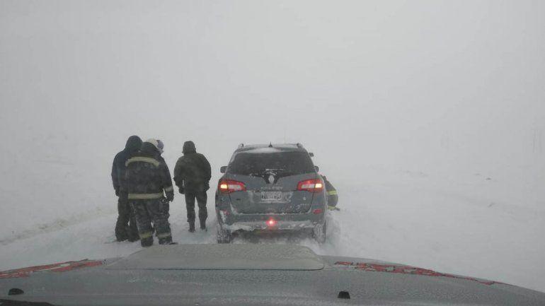 Iban a festejar el día del Padre a Zapala y quedaron varados por horas en la Ruta 13 por la nieve