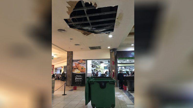 Sorpresa por la caída de un cielorraso en un shopping capitalino