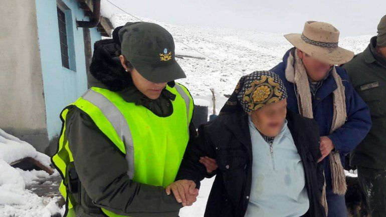 Rescataron a una pareja de ancianos atrapados por la nieve en Chos Malal: ella tiene 105 años