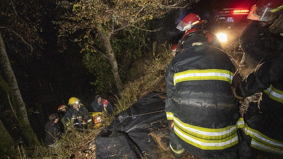 Rescataron a un hombre que cayó unos 30 metros con una máquina en Quila Quina