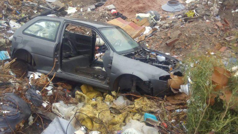Denuncia que fue abandonada por la Policía en un basural y de madrugada, con su auto desmantelado