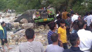 tragedia: mueren 42 personas al caer un colectivo por un barranco