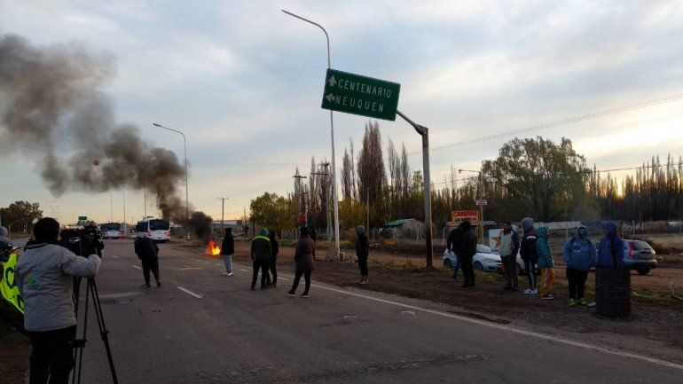 Trabajadores de la Uocra levantaron los cortes sobre la Ruta 7 en Centenario