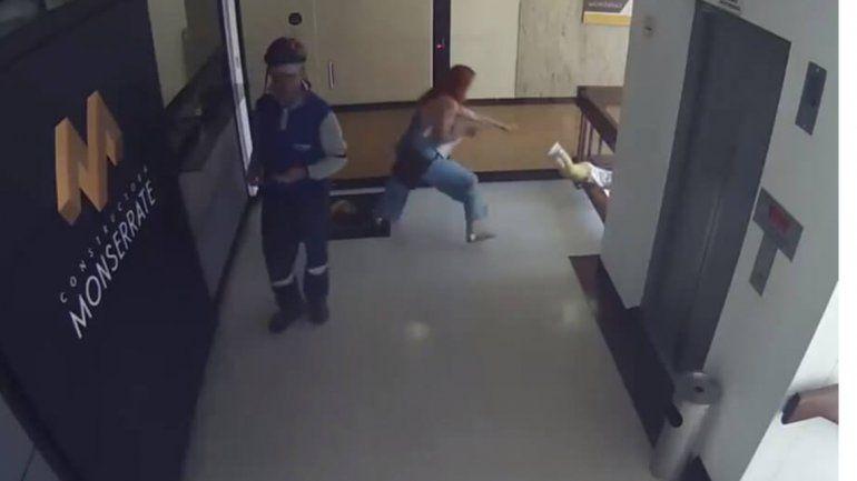 Video: se distrajo con el celular y su bebé estuvo a punto de caer al vacío