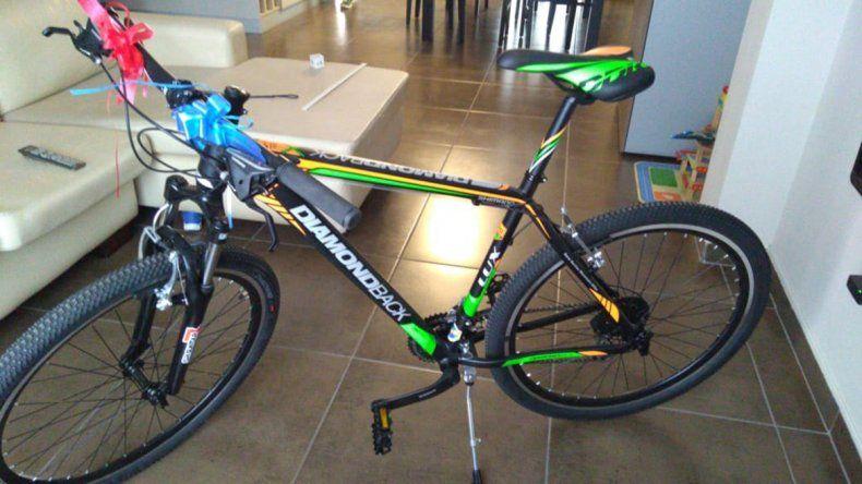 Le robaron la bici con la que iba a trabajar y la busca: los ladrones quedaron registrados