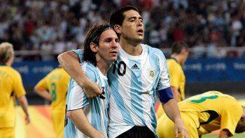 cumple anos el futbol: hoy soplan las velitas lionel messi y juan roman riquelme