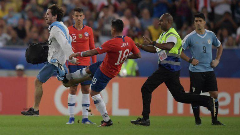 La insólita secuencia que se vivió en la Copa América por la que Suárez reclamó expulsión
