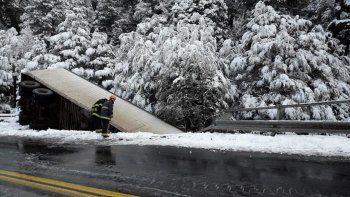 camionero se despisto y cayo de un puente en paso samore