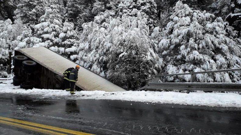 Camionero se despistó y cayó de un puente en Paso Samoré