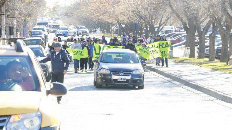Trabajadores de la Uocra marchan por el centro de la ciudad hacía Casa de Gobierno