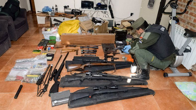 Allanamientos en cuatro provincias: ensamblaban armas en Roca para los narcos de Brasil