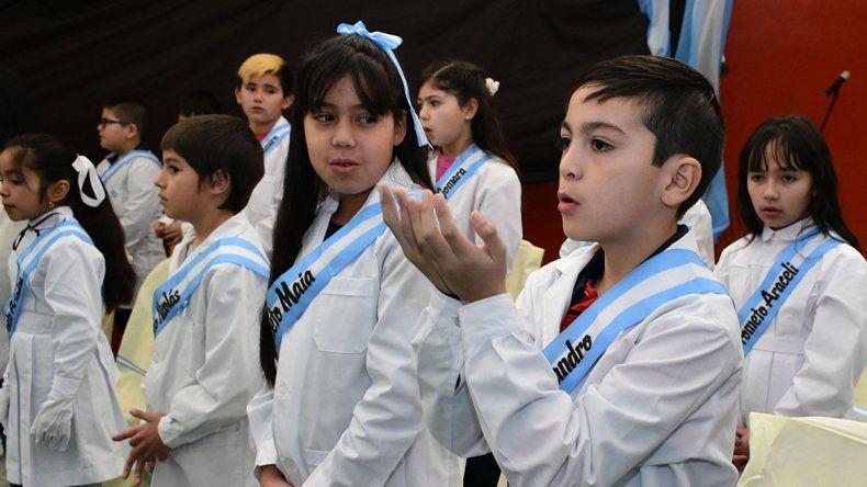 Tiene 9 años y cantó el himno en lengua de señas