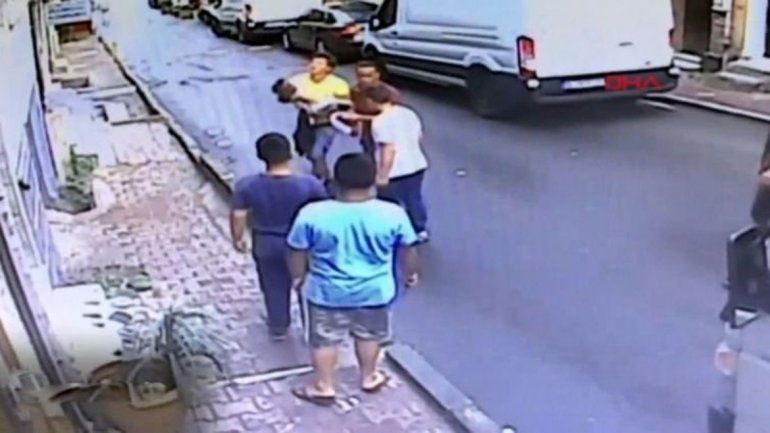 Un joven atajó a una nena que cayó desde un balcón