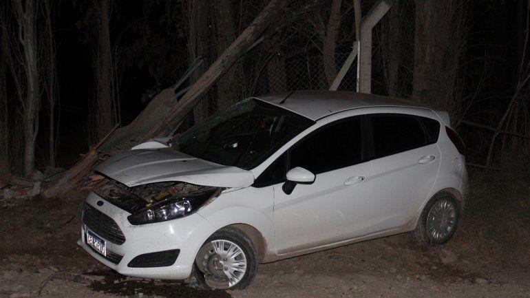 Centenario: perdió el control, volanteó para no terminar en el desagüe y chocó contra un poste de luz
