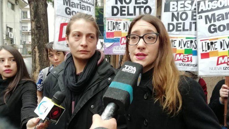 Un año de prisión para la joven que besó a su esposa