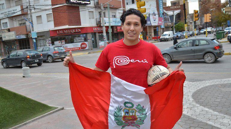 El peruano que, loco de alegría, se fue a festejar sólo al Monumento neuquino
