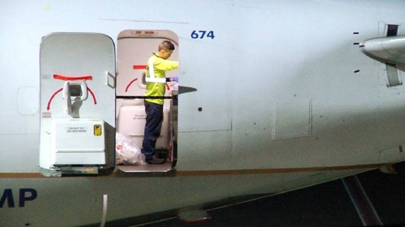 Horror en el aire: se ahorcó en el baño de un avión