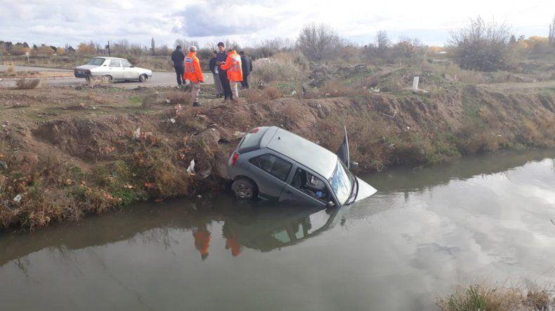 Perdió el control del auto y terminó adentro del arroyo Durán