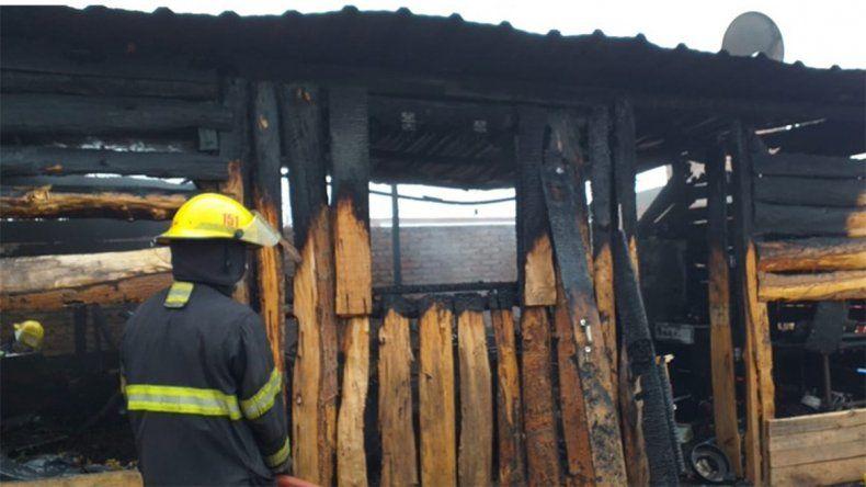 Las llamas consumieron una vivienda en Centenario